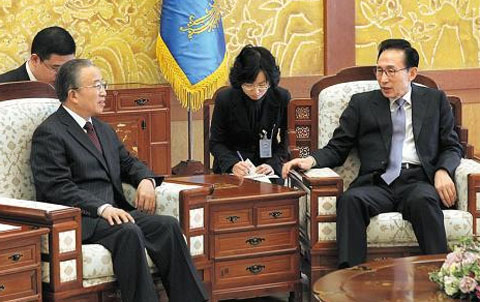 President Lee Myung-Bak (right) meets with Chinese State Councilor Dai Bingguo at Cheong Wa Dae in Seoul on Sunday. /Reuters-Newsis 