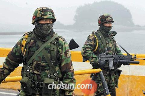 Marines stand guard on Yeonpyeong Island on Wednesday, the last day of South Korea-U.S. joint drills in the West Sea.