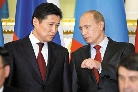 Russian Prime Minister Vladimir Putin (right) talks to his Mongolian counterpart Sükhbaataryn Batbold in Moscow on Tuesday. /Reuters-Newsis