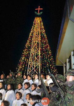 A ceremony is held to switch on a steel Christmas tree at Aegibong Peak on the western frontline in December, 2001 (file photo).