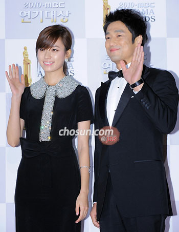 Han Hyo-joo (left) and Ji Jin-hee pose at the MBC Drama Awards 2010 in Goyang, Gyeonggi Province on Thursday.