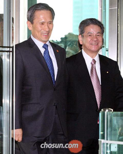Defense Minister Kim Kwan-jin and his Japanese counterpart Toshimi Kitazawa enter the Defense Ministry in Seoul on Monday.