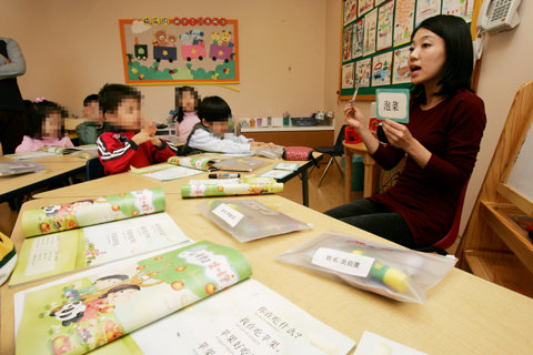 Children learn Chinese at a kindergarten in Seouls affluent Gangnam area.