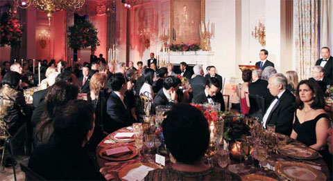 Chinese President Hu Jintao addresses guests at a dinner party hosted by U.S. President Barack Obama in the White House on Wednesday. /AP-Newsis