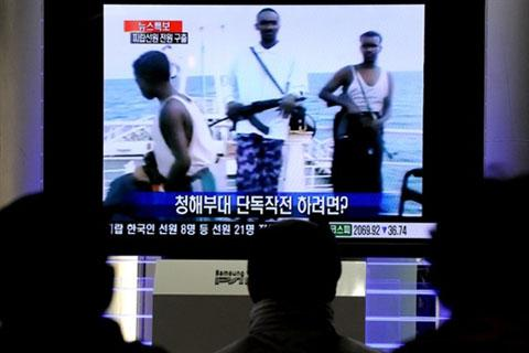 People in Seoul watch TV news about Korean navy military operation against Somali pirates in the Indian Ocean on Jan. 21, 2011 /AFP