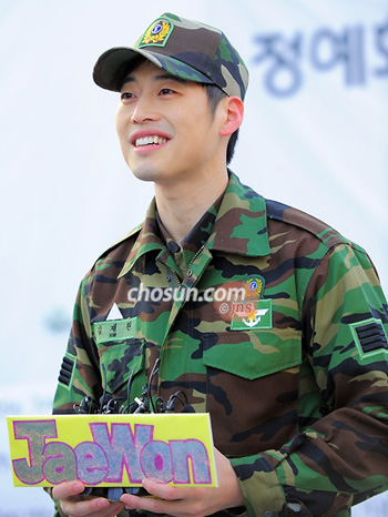 Actor Kim Jae-won poses on completing his mandatory military service in Yongsan, Seoul on Monday.