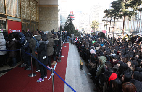 Fans pack the street in front of Lotte Department Store in Sogong-dong, Seoul to get an autograph of actor Hyun Bin on Saturday. /Courtesy of Laneige Homme