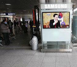 A TV screen shows President Lee Myung-baks panel discussion at Seoul Railway Station in Seoul on Feb. 1, 2011. /AP
