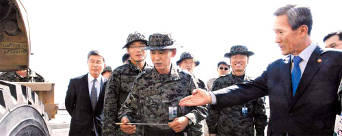 Defense Minister Kim Kwan-jin (right) visits the base of a Korean military unit in Charikar, Afghanistan on Tuesday morning, seven hours before a rocket attack on the base. /Courtesy of the Defense Ministry