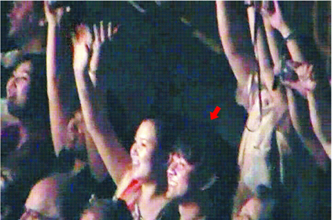 Kim Jong-chol (marked by a red arrow), and a woman believed to be his wife watch an Eric Clapton concert in Singapore on Monday in this photo obtained by the Chosun Ilbo from a North Korean source.