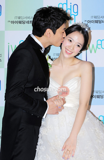 Lee Chun-hee kisses Jun Hye-jin at a press event before the actor couples wedding in Seoul on Friday.
