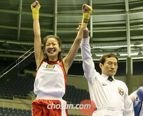Actress Lee Si-young reacts after winning the National Amateur Boxing Championships in Andong, North Gyeongsang Province on Thursday.