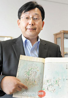 Yuji Hosaka, the director of Sejong Universitys Dokdo research center, shows an Edo-period map on Wednesday.