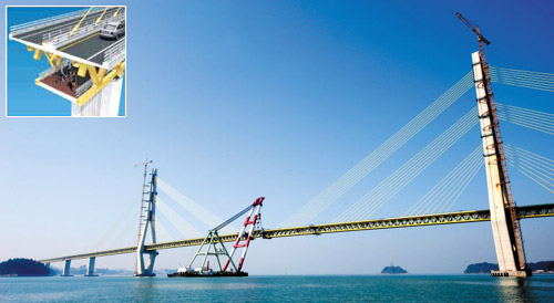 A 21 m-long key segment is placed on the Geogeum Bridge linking Sorok and Geogeum islands in South Jeolla Province on Thursday morning.