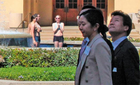 A North Korean delegation on a visit to the U.S. walk by students in Stanford University on Friday. /Yonhap