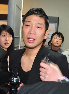 MC Mong leaves the Seoul Central District Court on Monday.