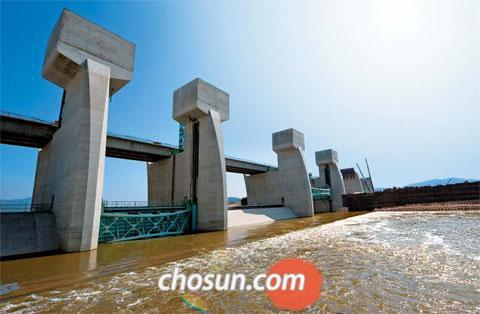 The Guem River reservoir opens one of its sluice gates to drain water during a trial run on Tuesday.