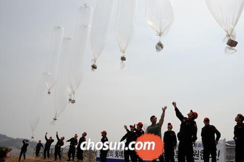 Activists float helium balloons carrying propaganda leaflets into North Korea from Yeoncheon, Gyeonggi Province on Thursday.