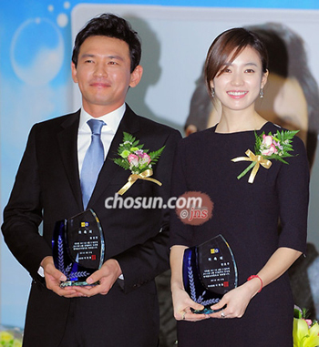 Actors Hwang Jung-min (left) and Han Hyo-joo pose after being appointed promotional ambassadors for the National Tax Service in Seoul on Thursday.