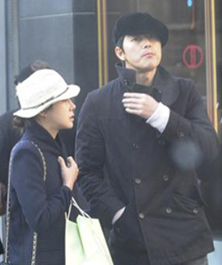 A photo taken by a tourist in Paris in January shows Lee Ji-ah and Jung Woo-sung on a date. /Courtesy of Sports Kahn