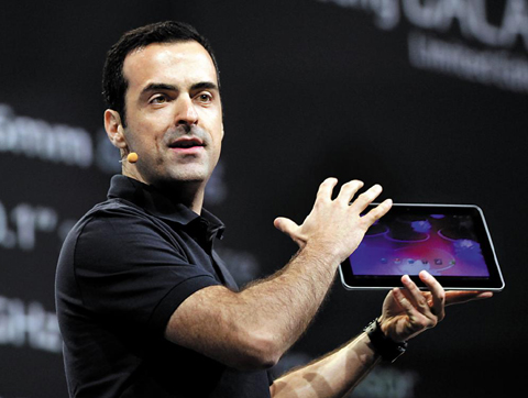 Hugo Barra, product management director of Google, displays a yet-to-be-released Samsung Galaxy tablet featuring Android software during a keynote speech at the Google IO Developers Conference in San Francisco on Tuesday. /AP-Yonhap