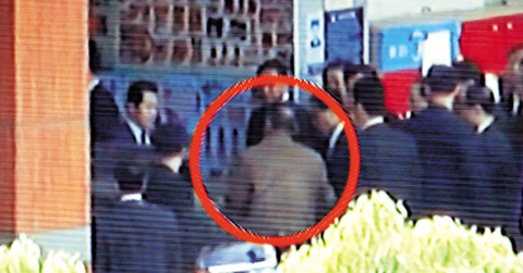 North Korean leader Kim Jong-il enters a supermarket in Yangzhou, China on Monday. /MBC