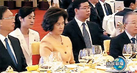 Kim Ok (center), North Korean leader Kim Jong-ils fourth wife, attends a welcome dinner hosted by Chinese President Hu Jintao in the Peoples Assembly Hall in Beijing on Wednesday. She is flanked by Chinese Foreign Minister Yang Jiechi (left) and State Councilor Dai Bingguo. /CCTV