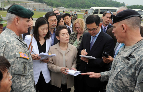 Environment Minister Yoo Young-sook (center) visits the suspected dumping site of Agent Orange at Camp Carroll in Chilgok, North Gyeongsang Province on Wednesday. /Yonhap