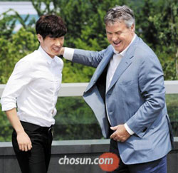 Footballer Park Ji-sung meets with Guus Hiddink on Saturday.