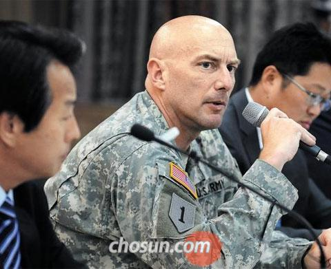 The head of the U.S. side of the joint Korea-U.S. investigative team (center) answers questions from reporters during a press briefing on the results of the investigation into underground water sources near Camp Carroll in Chilgok, North Gyeongsang Province on Thursday.