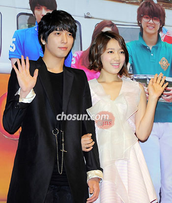 Jung Yong-hwa (left) and Park Shin-hye pose at a press event for their new TV drama