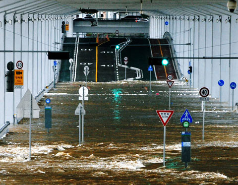 Jamsu Bridge in Seoul is inundated after heavy rains on Wednesday. /Newsis