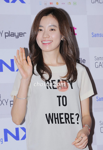 Han Hyo-joo waves during a promotional concert for a camera brand in Seoul on Thursday.