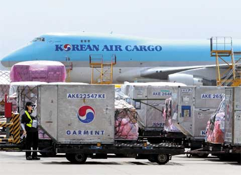 Imported products from Europe are unloaded at the freight terminal of Incheon International Airport on Friday, the first day of the new Korea-EU free trade agreement. /Yonhap