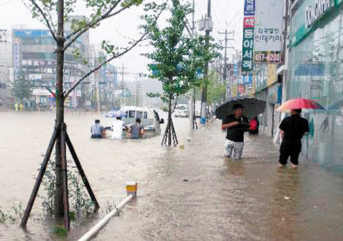 Streets in Gunsan,  North Jeolla Province are inundated on Sunday. /Courtesy of Gunsan