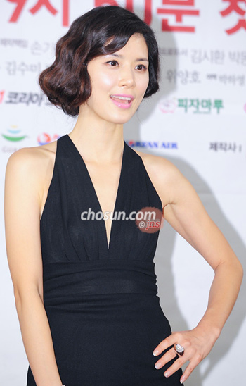 Lee Bo-young poses at a press event for her new TV drama in Seoul on Tuesday.