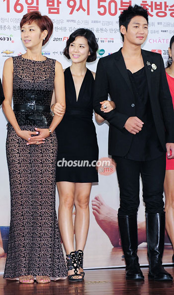 From left, Pyeon Jung-su, Lee Bo-young and Lee Tae-sung