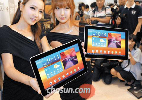 Models show Samsung Electronics Galaxy Tab 10.1 at a launch event in Seoul on Wednesday.
