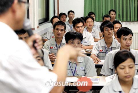 Foreign workers who are going to work in rural areas learn Korean at a center in Gyeongggi Province.