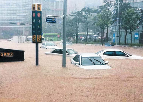 Vehicles are submerged in floodwaters at the Daechi Intersection in Gangnam, Seoul on Wednesday morning. /Yonhap
