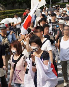 Demonstrators protest against Korean soaps near Fuji TVs headquarters in Tokyo on Sunday. /Yonhap