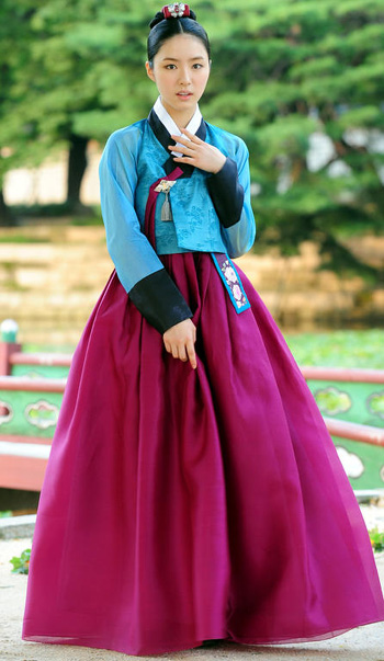 Shin Se-kyung poses on the set of her new TV drama at Gyeongbok Palace in Seoul on Tuesday. /Newsis