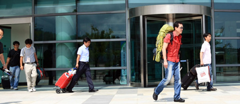 South Korean workers leave the inter-Korean immigration office in Goseong, Gangwon Province on Tuesday. /Yonhap