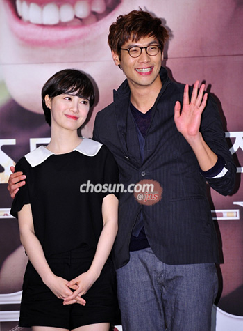 "Ku Hye-sun (left) and Choi Daniel pose at a press event for their new TV drama ""The Musical"" in Seoul on Tuesday."
