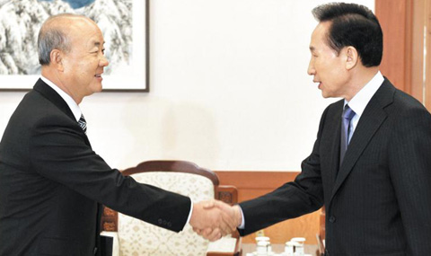 Yu Woo-ik (left) shakes hand with President Lee Myung-bak after receiving his letter of appointment as Korean ambassador to China at Cheong Wa Dae in December 2009.