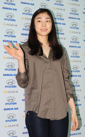 Figure skater Kim Yu-na waves at Incheon International Airport on Wednesday before leaving for Los Angeles. /Newsis