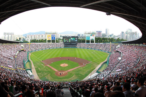 Jamsil Stadium in Seoul is packed with spectators for a game between Doosan Bears and LG Twins on Tuesday. /Yonhap