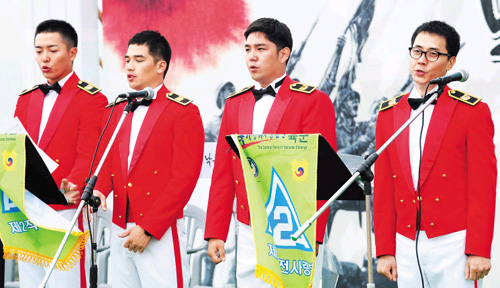 Celebrity soldiers perform at a military event in Chilgok, North Gyeongsang Province on Thursday. From left, actors Kim Jae-wook and Yoo Gun and singers Kang-in and Andy.
