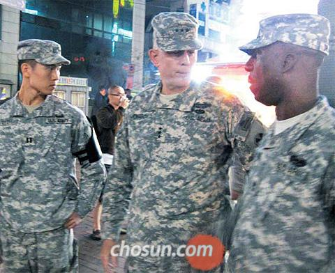 Eighth U.S. Army Commander John Johnson (center) on patrol with military policemen in Itaewon, Seoul on Saturday.