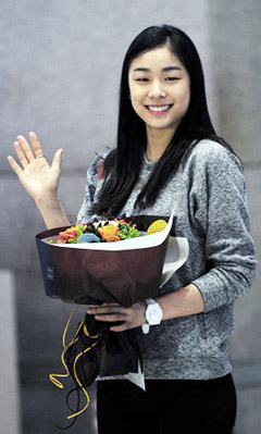 Figure skater Kim Yu-na arrives at Incheon International Airport on Tuesday.